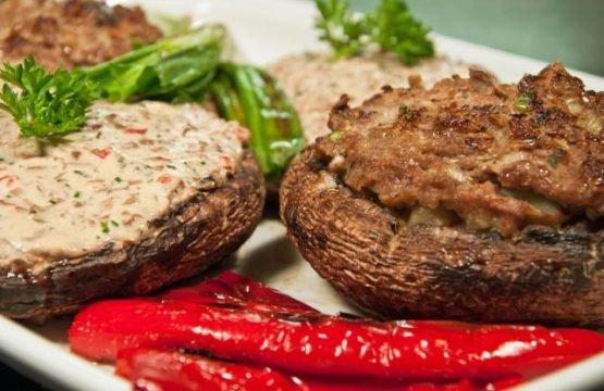 Pilz-Rezept: Grillchampignons mit zwei unterschiedlichen Füllungen
