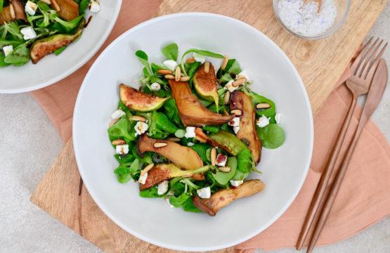 Pilz-Rezept: Sautierte Kräuterseitlinge mit Feigen und Feta auf Feldsalat