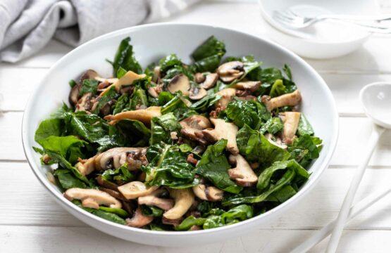 Warmer Spinatsalat mit Pilzen